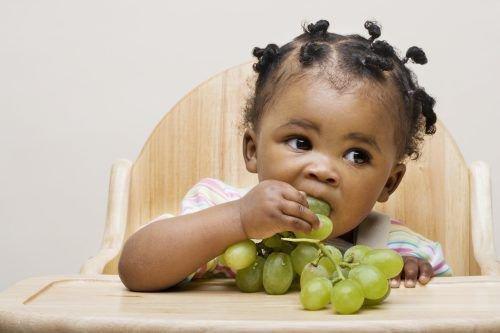 Грудничок ест виноград