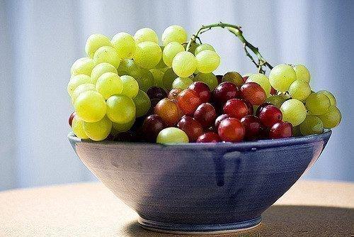Миска с виноградом