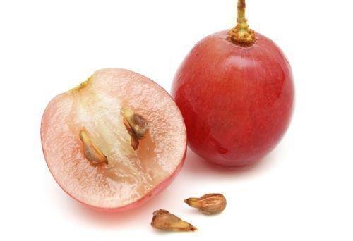 Виноградные ягоды с косточками