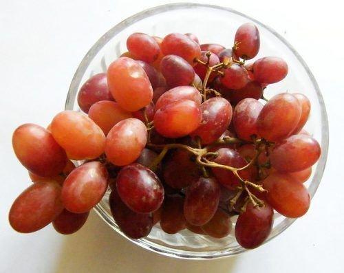 Красный виноград на тарелке