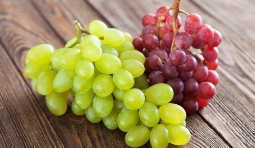 Грозди розового и белого винограда